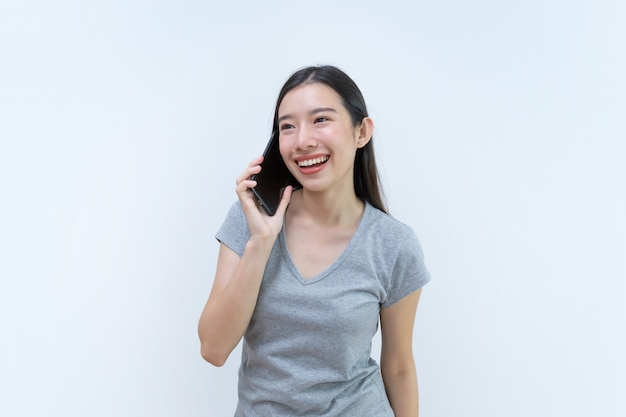 Attraente donna asiatica parlando per telefono, bella giovane donna