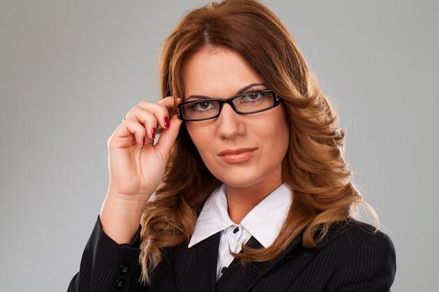 Attraente donna d'affari caucasica