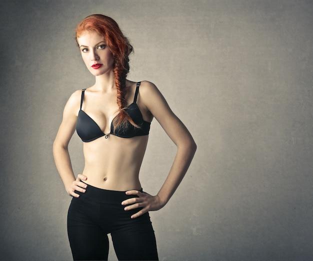 Attraente donna dai capelli rossi