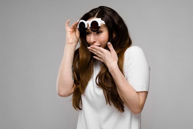 Attraente donna sovrappeso in occhiali da sole