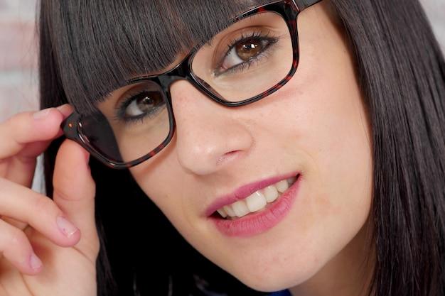 Attraente giovane donna con gli occhiali