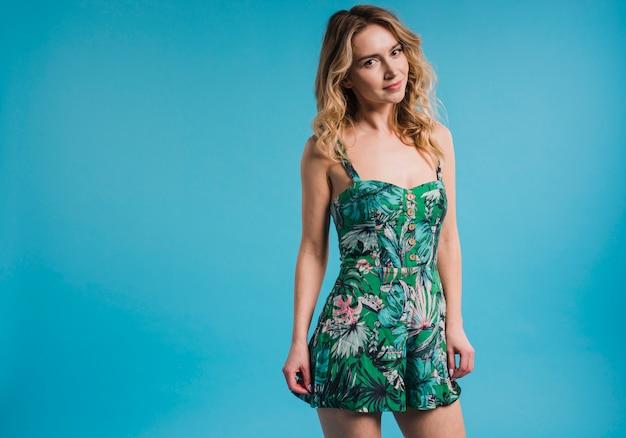 Attraente giovane donna in abito a fiori