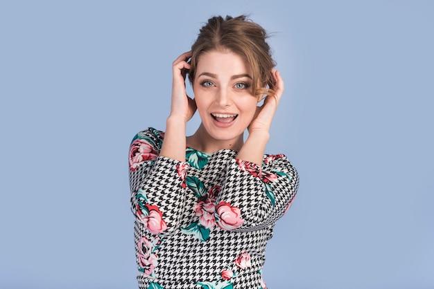 Attraente giovane donna in abito elegante