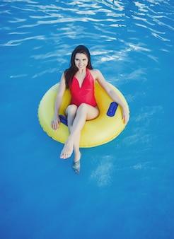 Attraente giovane donna in bikini in piscina