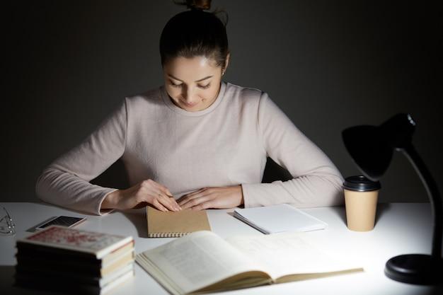 Attraente giovane donna in maglione casual collo alto