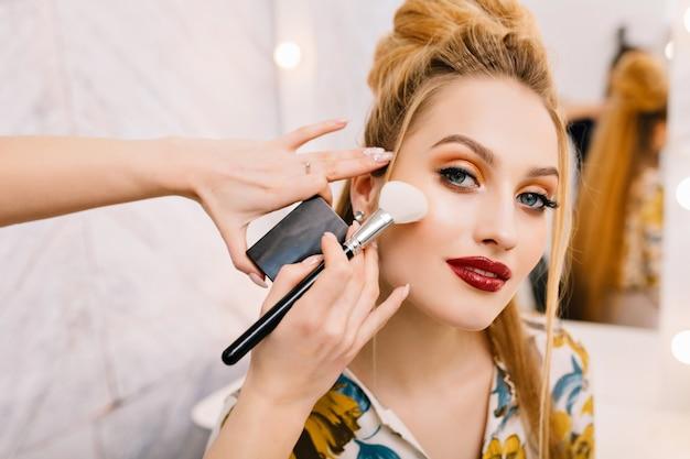 Attraente giovane donna nel salone di bellezza