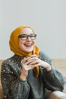 Attraente giovane donna ridendo