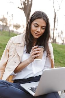 Attraente giovane donna utilizzando il computer portatile