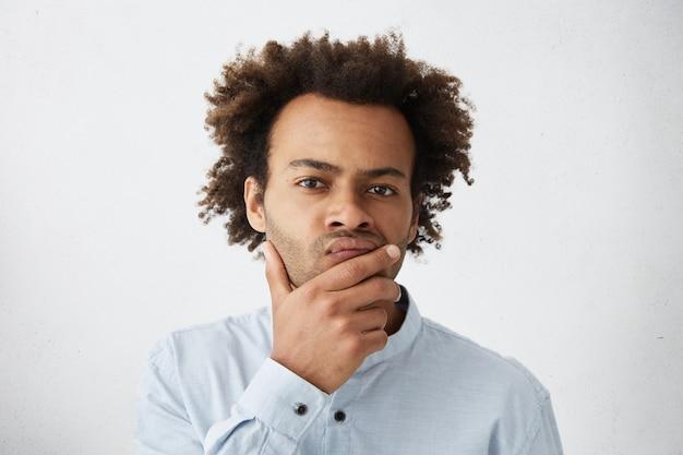 Attraente giovane imprenditore sensazione di dubbio