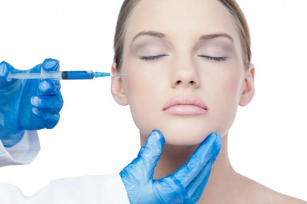 Attraente giovane modella con iniezione di botox sulla guancia