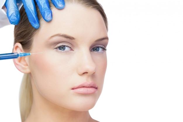 Attraente giovane modella con iniezione di botox