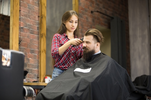 Attraente giovane sorridente in barbiere