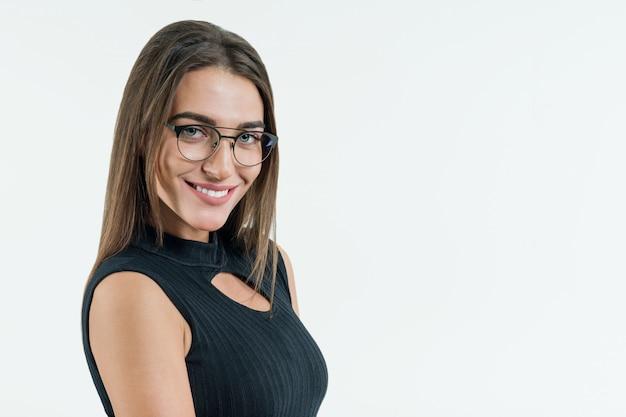Attraente insegnante di sesso femminile, imprenditrice, con gli occhiali