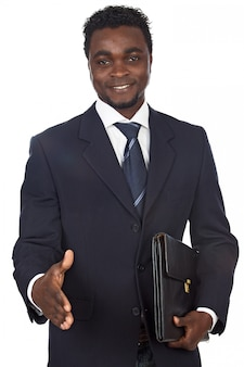 Attraente uomo d'affari africano su uno sfondo bianco
