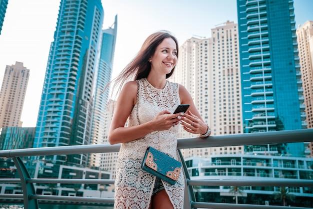 Attraente viaggiatore femminile che condivide le foto del viaggio