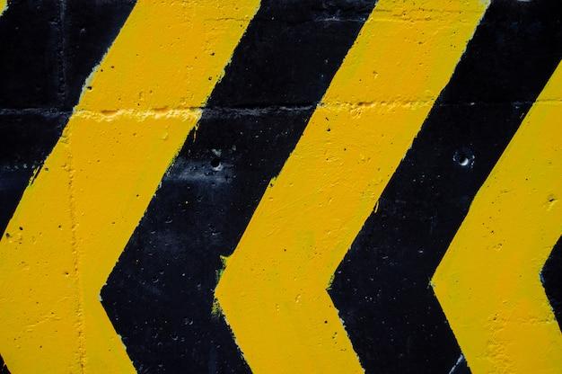 Attraversamento pedonale vicino ai parcheggi, strisce bianche e gialle. concetto di trasporto.