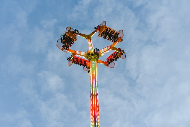 Attrazione del parco divertimenti, concetto di velocità e vertigini.