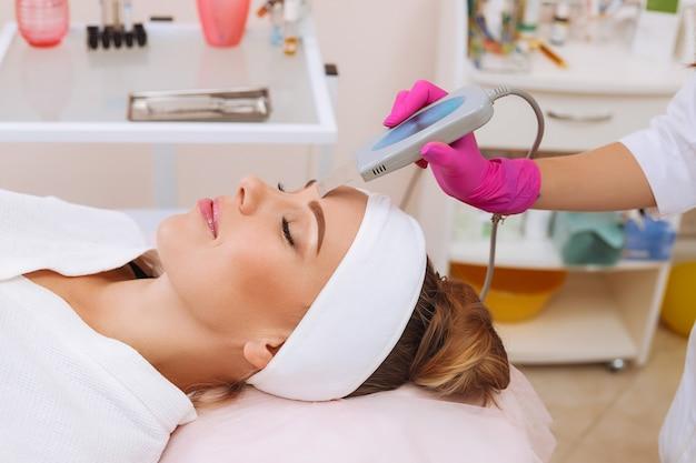 Attrezzatura ad ultrasuoni professionale. cura della pelle.