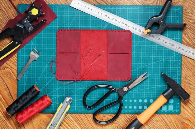 Attrezzatura artigianale in pelle per la realizzazione di prodotti in pelle fatti a mano.