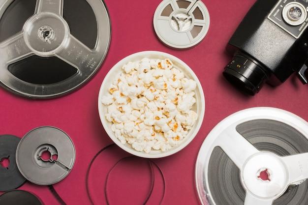 Attrezzatura cinematografica accanto a popcorn