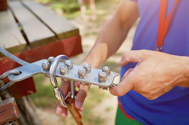 Attrezzatura da arrampicata nelle mani del primo piano istruttore