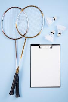 Attrezzatura da badminton con composizione negli appunti