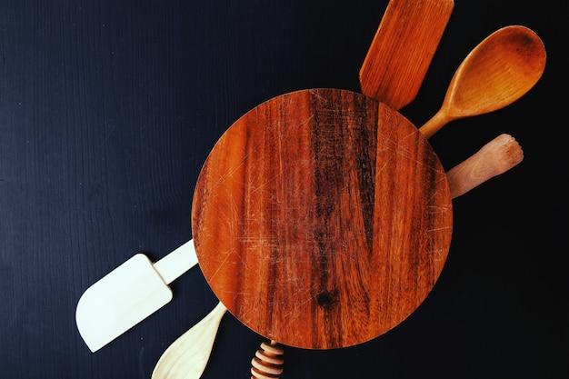Attrezzatura da cucina in legno sul bancone della cucina