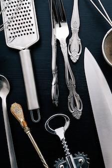 Attrezzatura da cucina metallica sul bancone della cucina