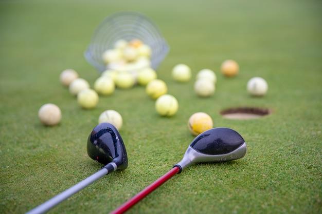 Attrezzatura da golf sul campo da golf verde, palline e bastoncini pronti per giocare