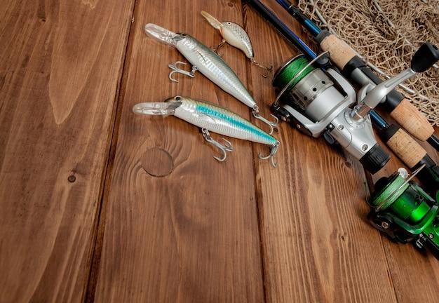Attrezzatura da pesca - pesca a spinning, ami e esche su legno