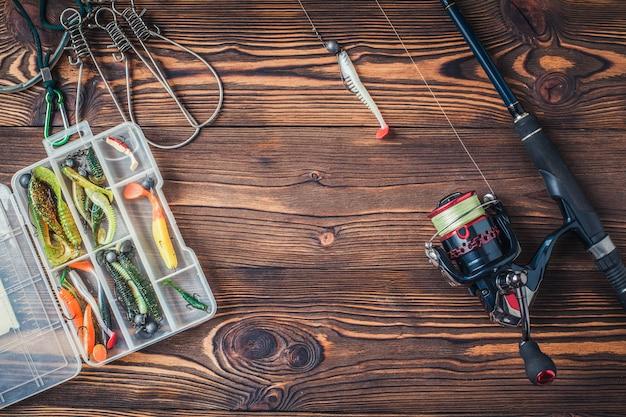 Attrezzatura da pesca su fondo di legno scuro. vista dall'alto.