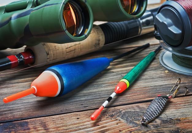 Attrezzatura da pesca su un tavolo di legno