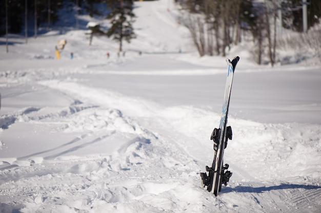 Attrezzatura da sci nella neve, vista panoramica della località sportiva per le vacanze invernali