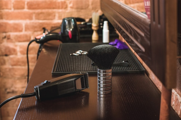 Attrezzatura del negozio di barbiere sulla tavola di legno