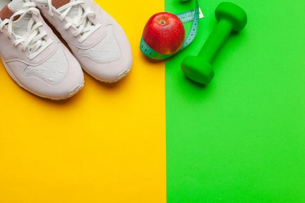 Attrezzatura della palestra di forma fisica sul fondo di colore