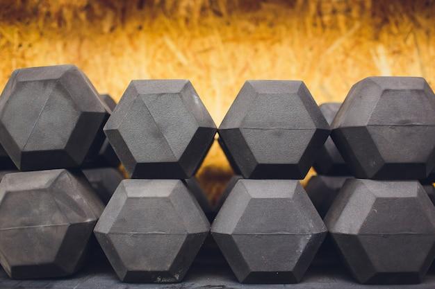Attrezzatura di allenamento con i pesi della testa di legno e della palestra su sport, vita sana e attrezzature di esercizio della palestra e concetto di sport, spazio della copia.