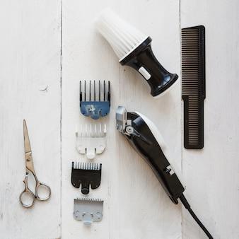 Attrezzatura di lavoro di parrucchiere su fondo bianco
