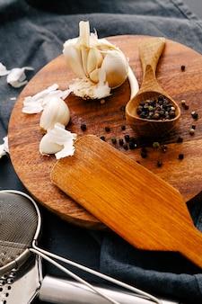 Attrezzatura di legno sul bancone della cucina con le spezie