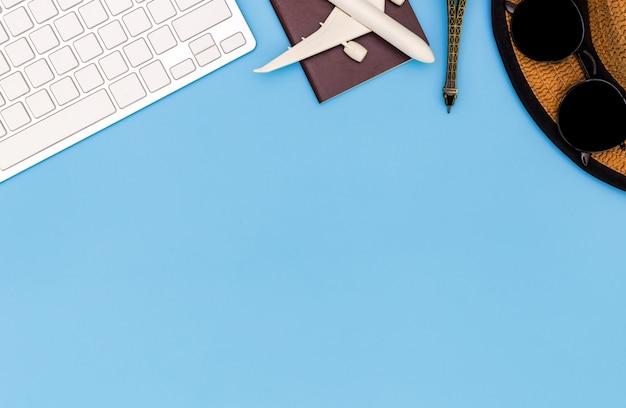 Attrezzatura ed accessori del viaggiatore su fondo blu con lo spazio della copia, concetto di viaggio, vista sopraelevata degli accessori del viaggiatore, oggetti essenziali di vacanza, concetto di viaggio su fondo blu. vista dall'alto