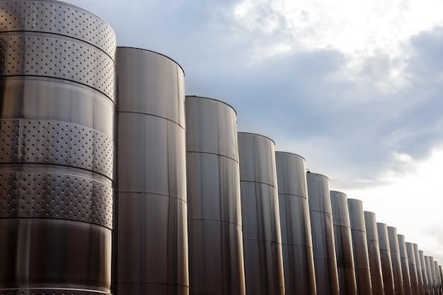Attrezzatura industriale tecnologica moderna della fabbrica del vino.