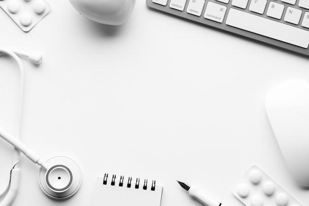 Attrezzatura medica di colore bianco per il concetto pulito