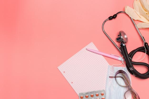 Attrezzatura medica su uno sfondo pastello rosa con copyspace.