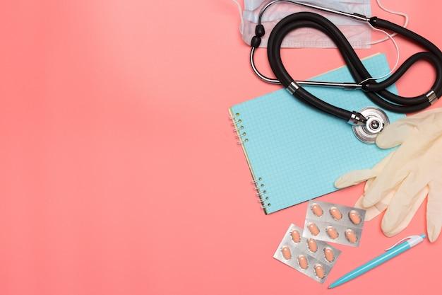 Attrezzatura medica sul rosa