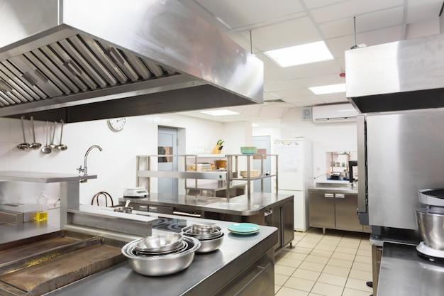 Attrezzatura moderna della cucina in un ristorante