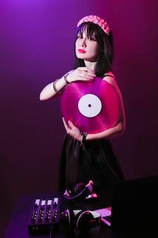 Attrezzatura per cuffie da dj discoteca ragazza festa retrò vintage ultravioletto mixer giovane donna vinile glamour san valentino plastica rosa protone viola