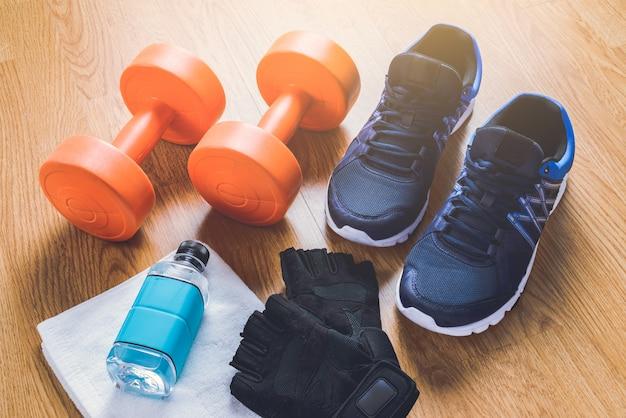 Attrezzatura per il fitness su fondo di legno