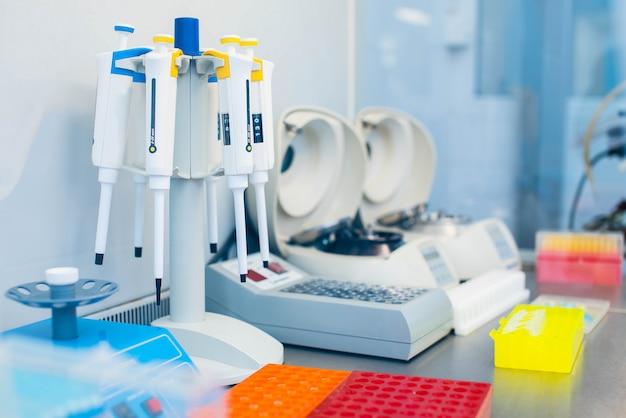 Attrezzature da laboratorio per test del dna e analisi del sangue