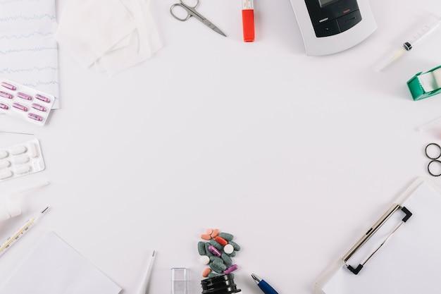 Attrezzature mediche; relazione e pillole isolati su sfondo bianco