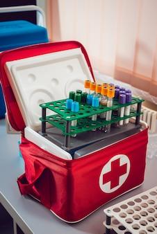 Attrezzature mediche tubi e contenitori. sfondo chiaro medica.