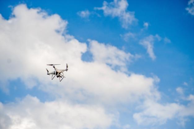 Attrezzature per fotografia aerea che volano nel cielo blu. e copia spazio
